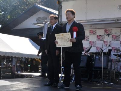 府中刑務所長から天龍源一郎さんに感謝状を贈呈