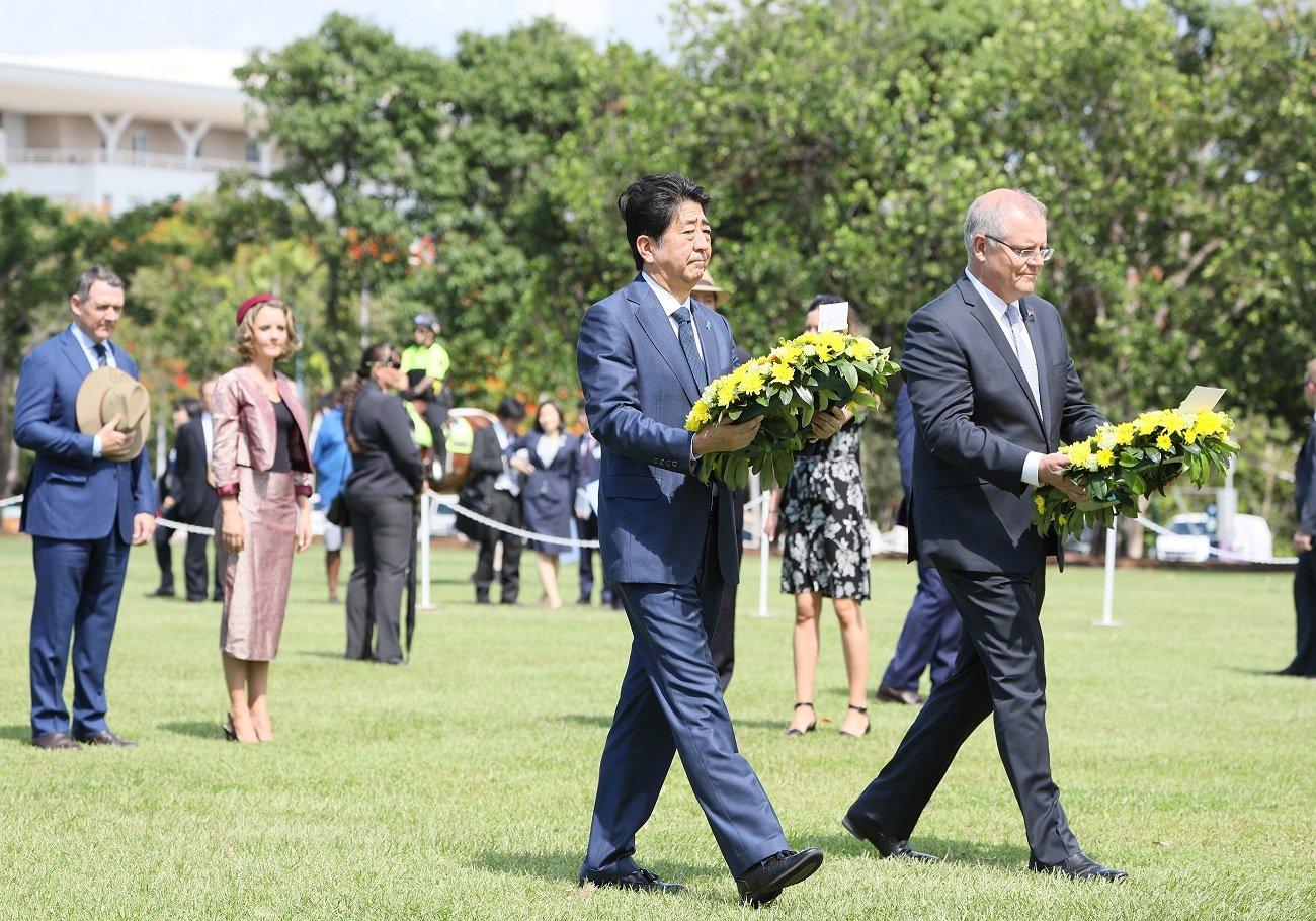 写真:戦没者慰霊碑に献花する安倍総理1