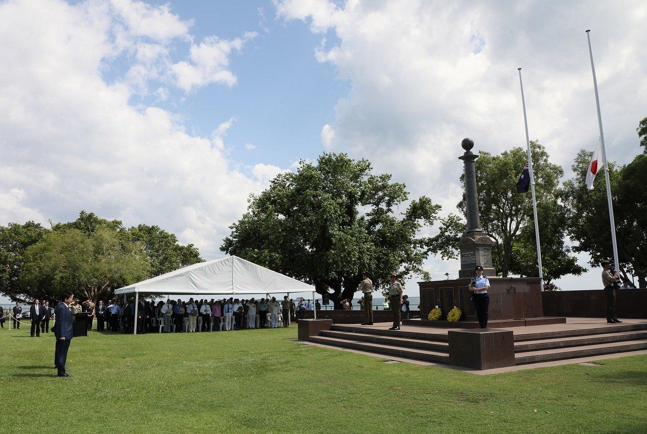 写真:戦没者慰霊碑に献花する安倍総理3