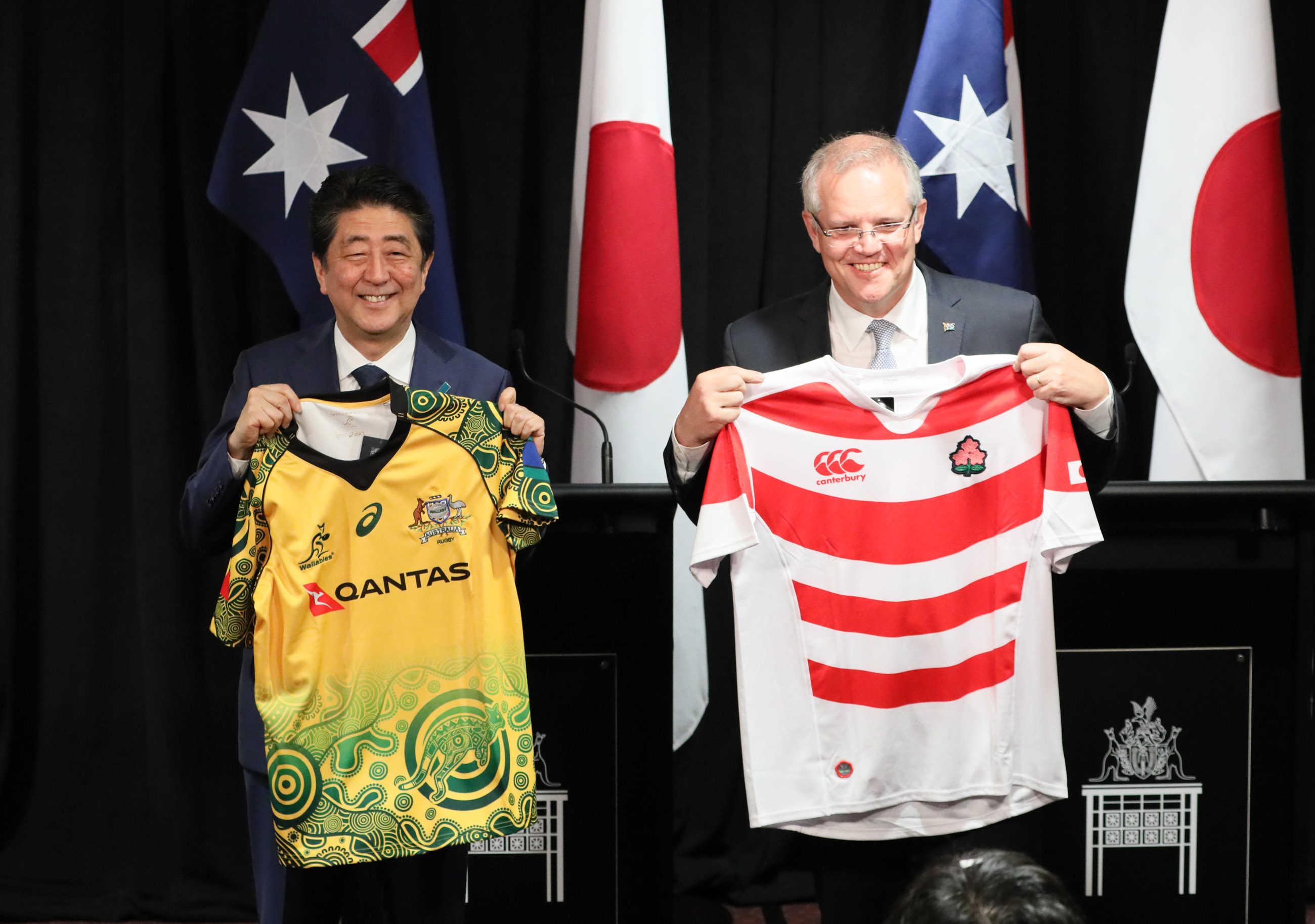 写真:ラグビー代表ユニフォームを交換する両首脳3