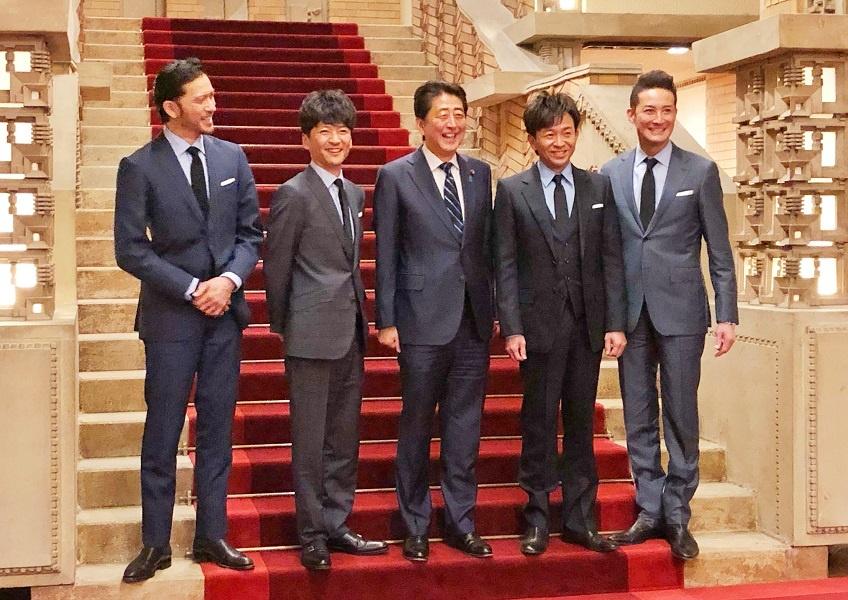 写真:懇談する安倍総理