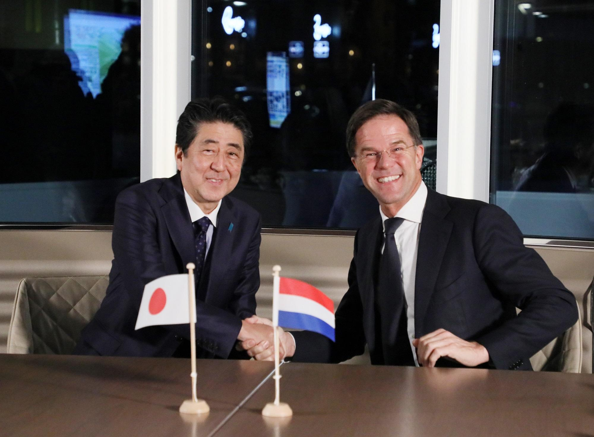 写真:握手を交わす両首脳