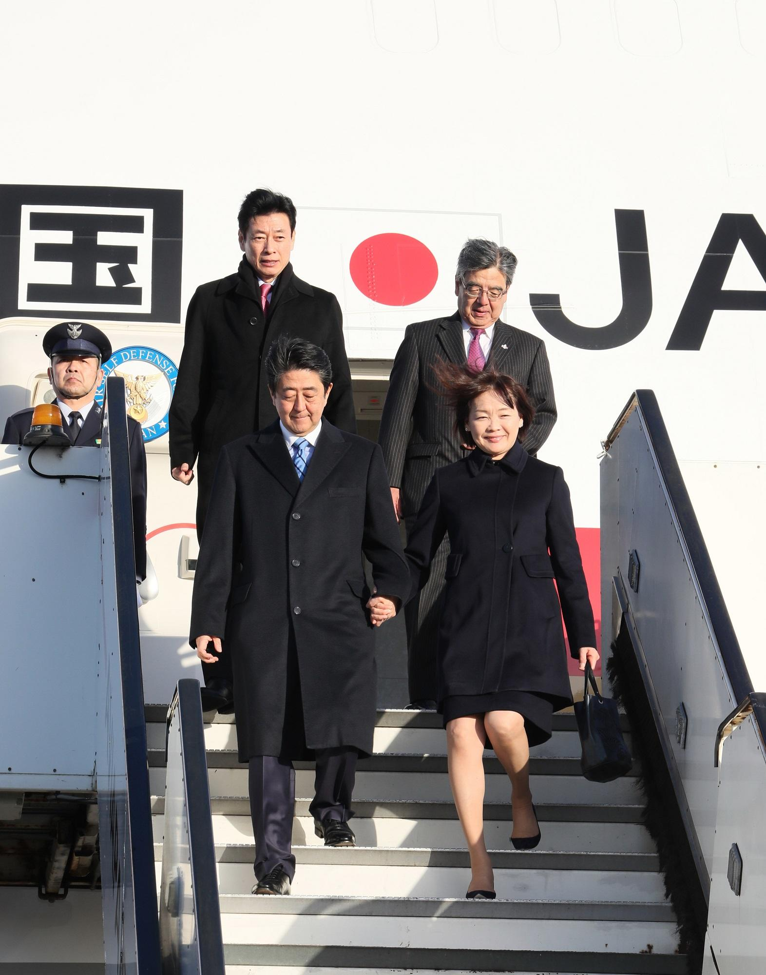 写真:オランダに到着した安倍総理