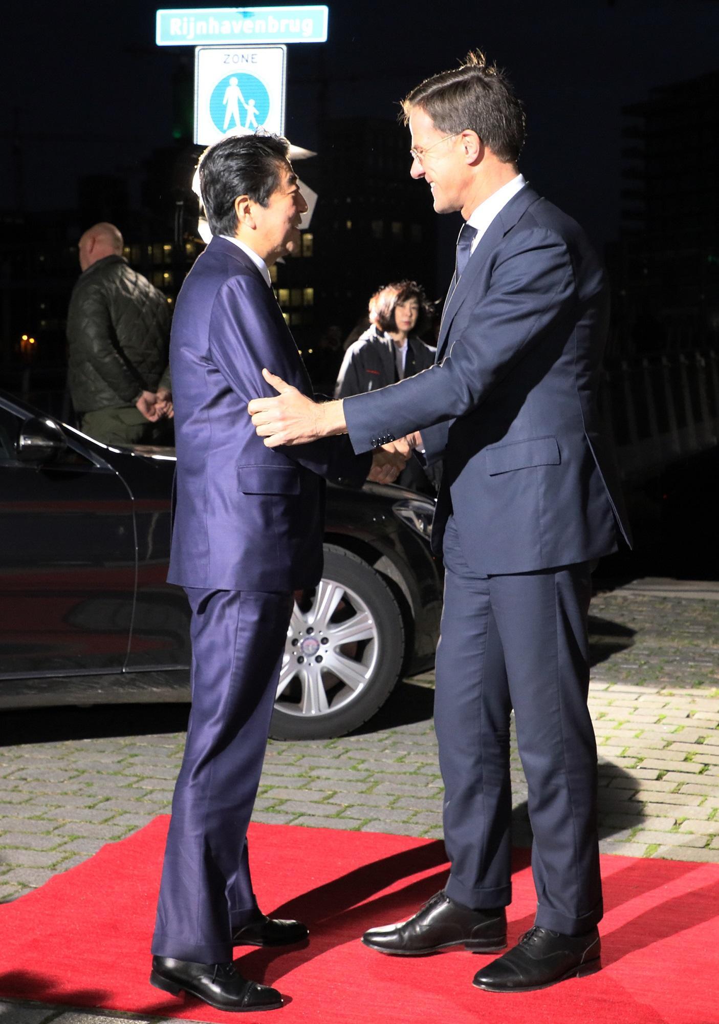 写真:ルッテ首相の歓迎を受ける安倍総理1
