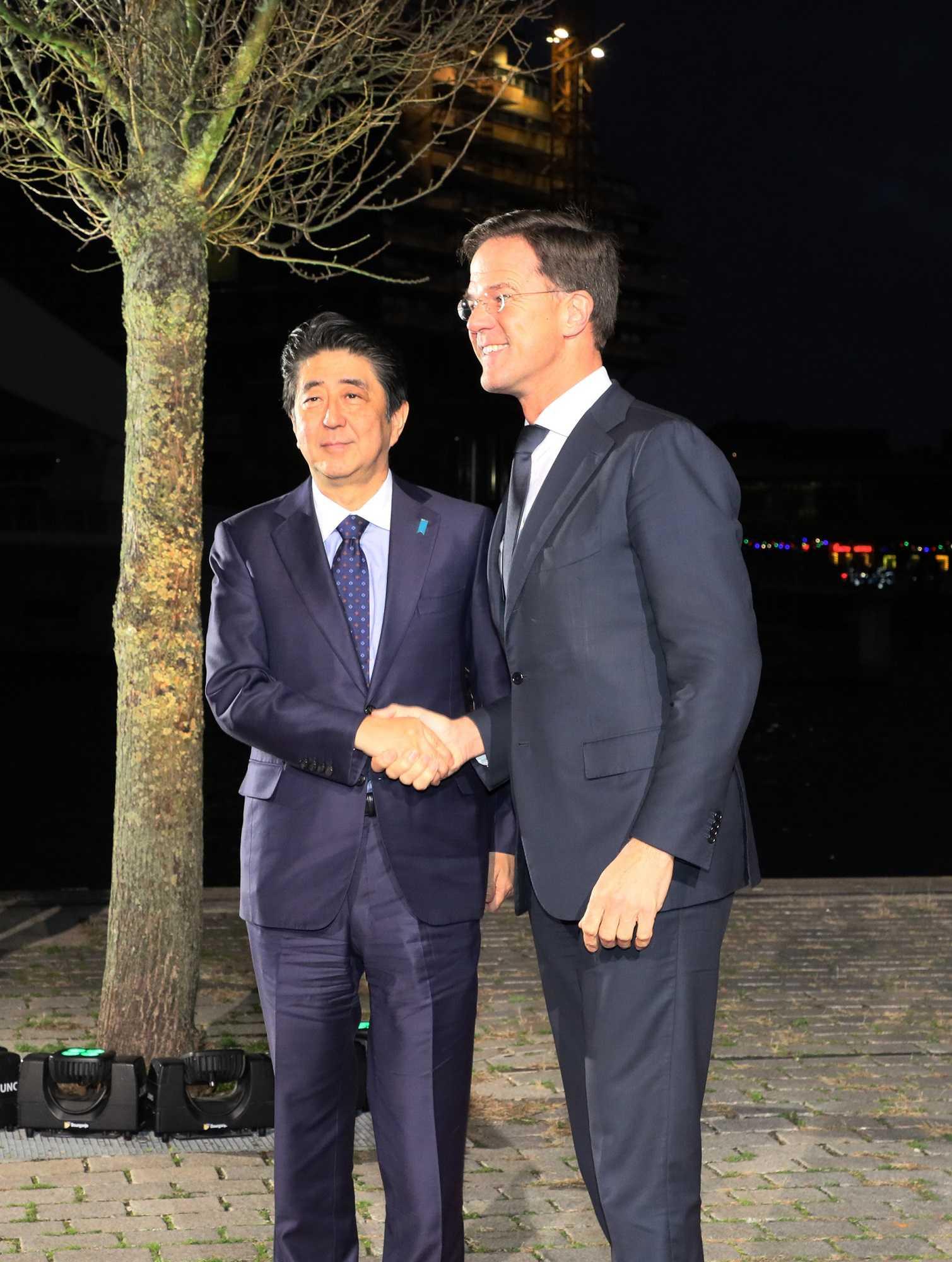 写真:ルッテ首相の歓迎を受ける安倍総理2