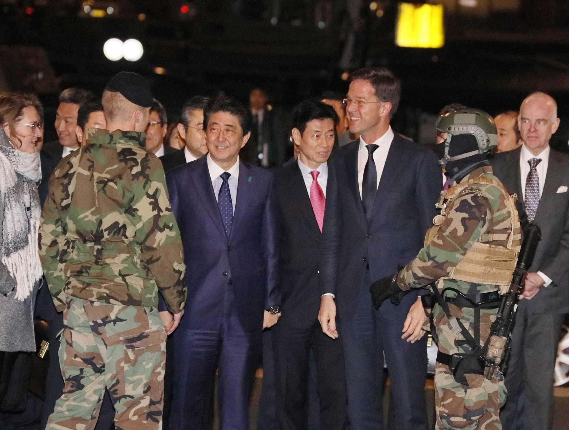 写真:オランダ海兵隊による歓迎を受ける安倍総理