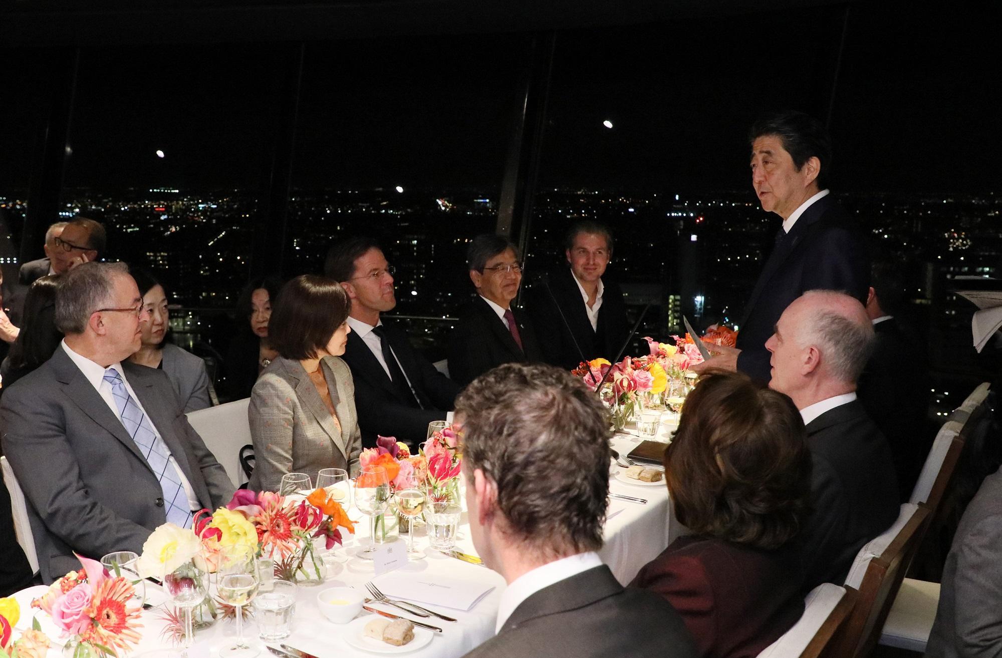 写真:夕食会で挨拶する安倍総理1