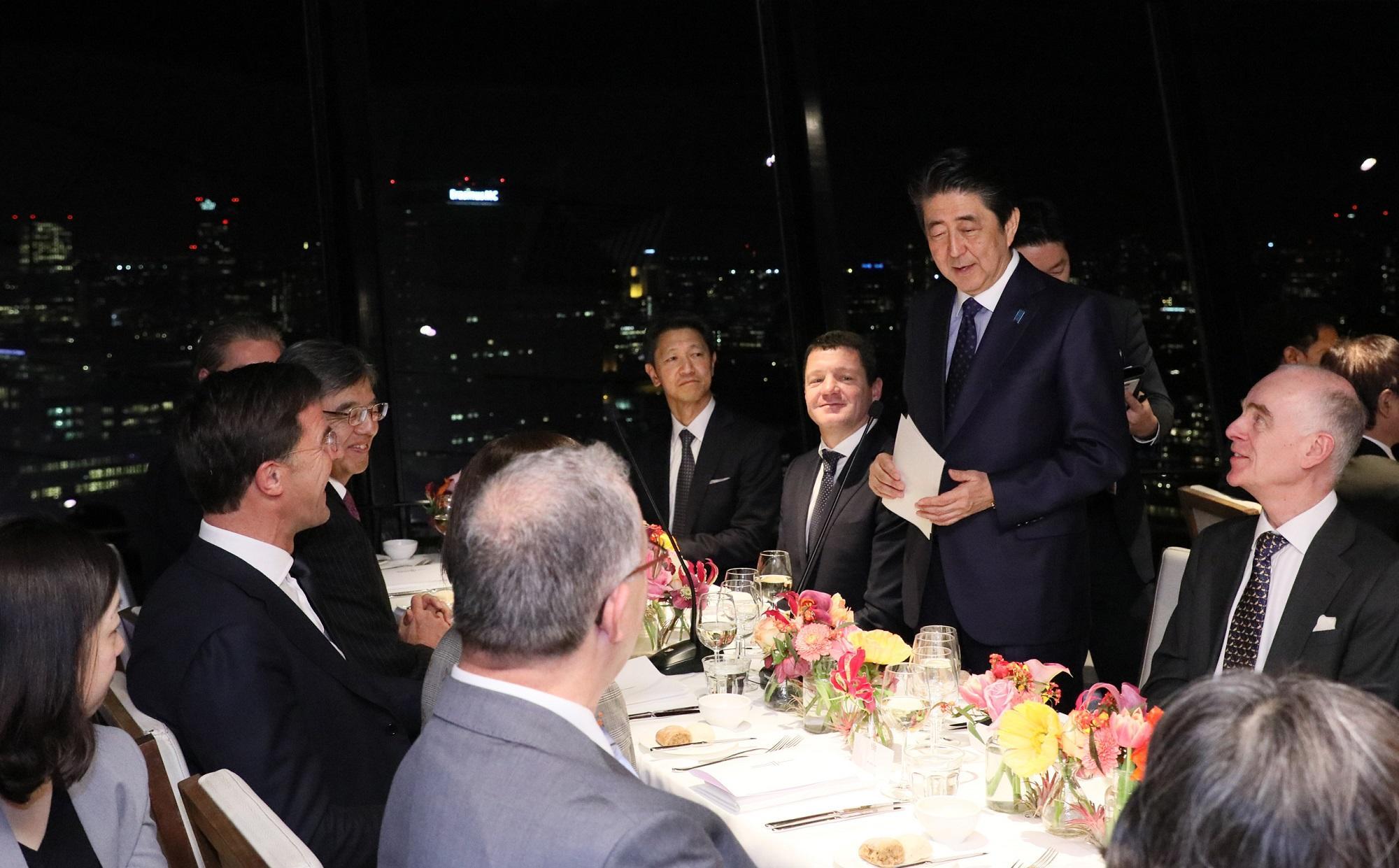 写真:夕食会で挨拶する安倍総理2