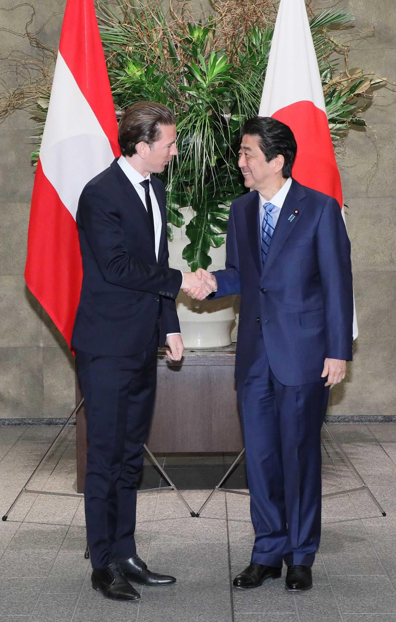 写真:セバスティアン・クルツ首相を迎える安倍総理1