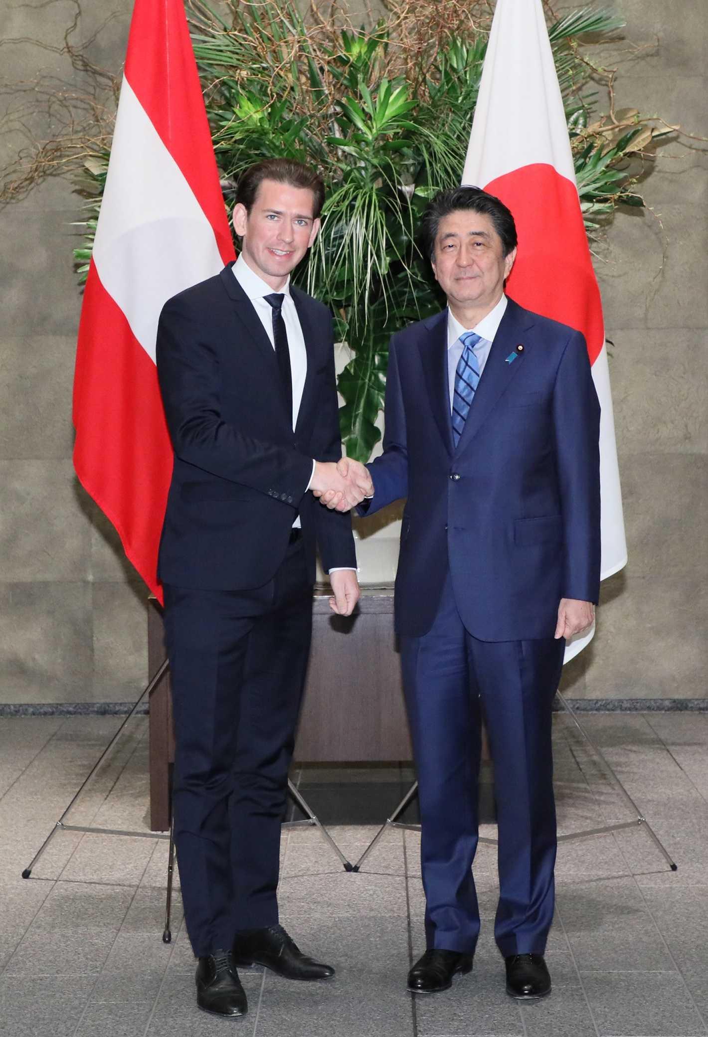 写真:セバスティアン・クルツ首相を迎える安倍総理2