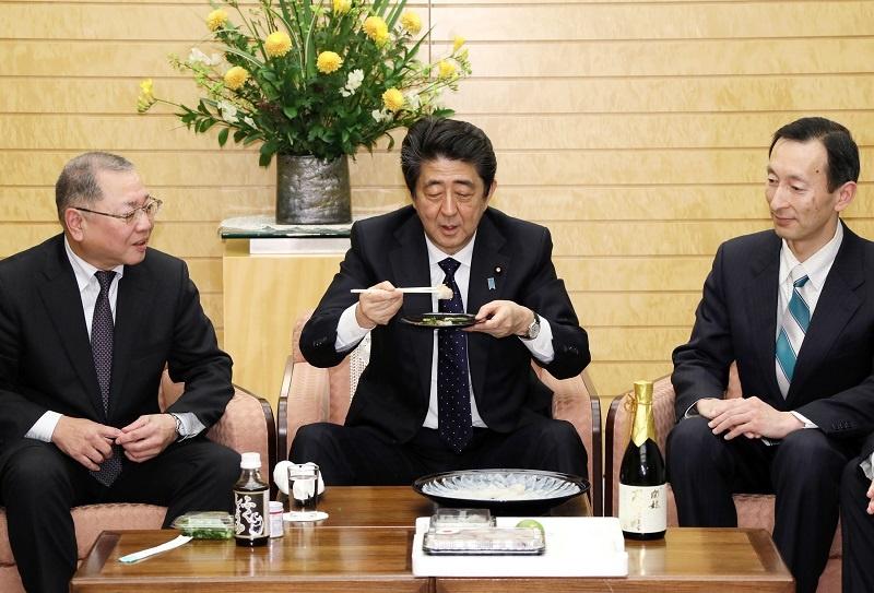 写真:表敬を受ける安倍総理1