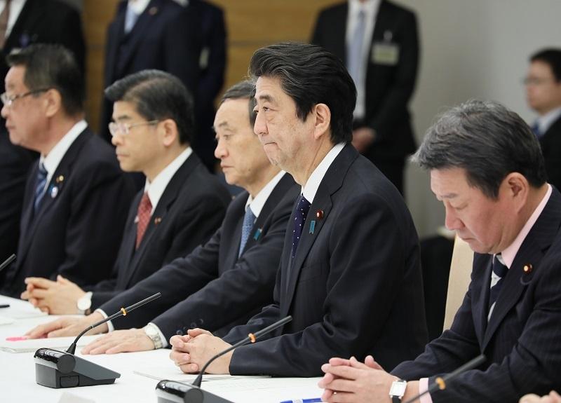 写真:会議に臨む安倍総理1
