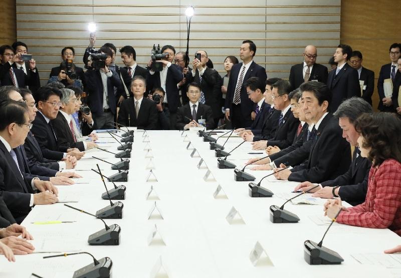 写真:会議に臨む安倍総理2
