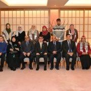 河野外務大臣とガザ教員招へい参加者との記念撮影の様子