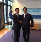 (写真1)ペク国際海洋法裁判所所長と握手する山田外務大臣政務官