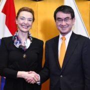 握手する日・クロアチア両外相