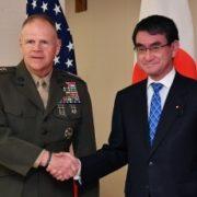 ネラー米海兵隊総司令官と河野外務大臣との握手