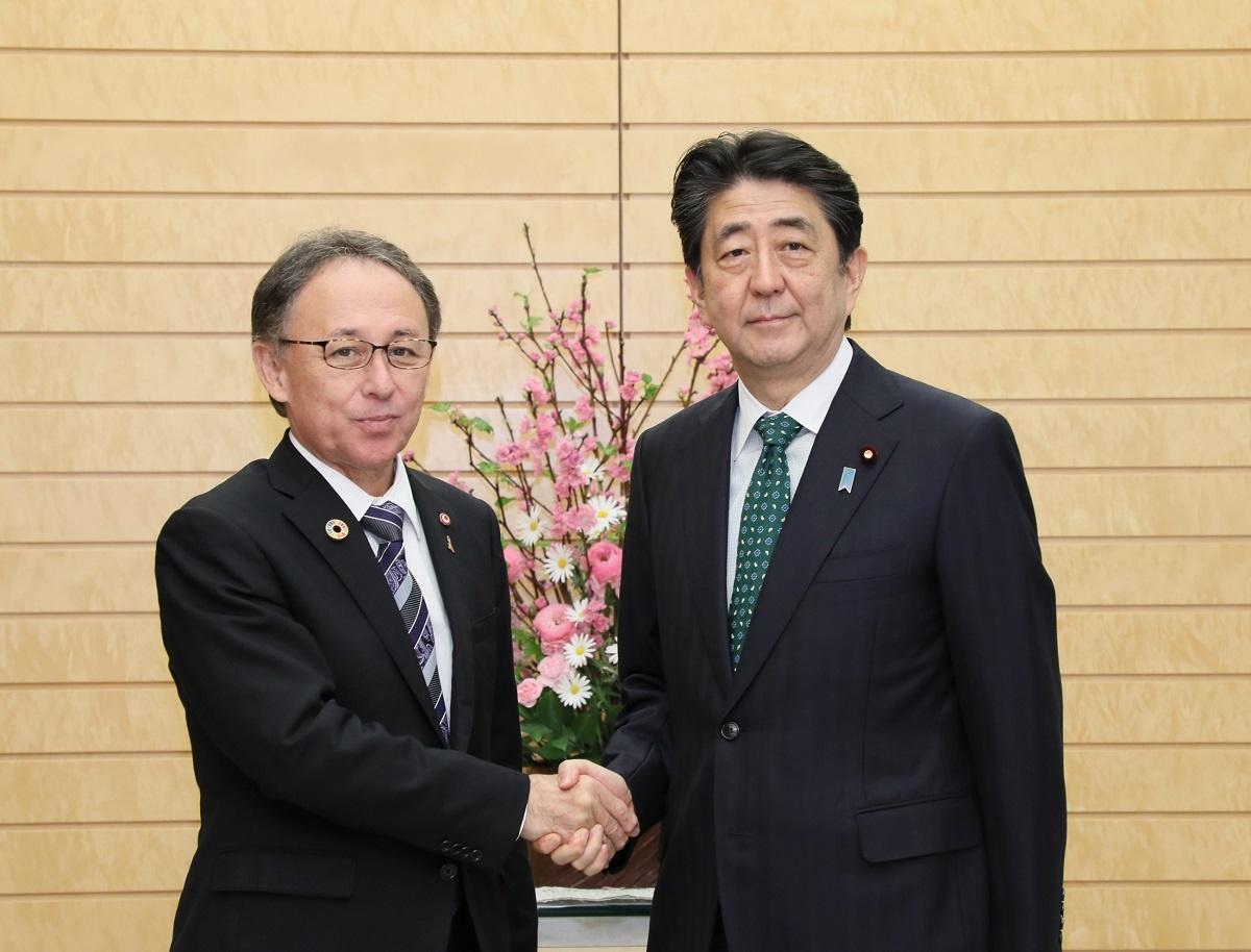 写真:玉城沖縄県知事と握手する安倍総理