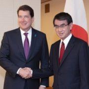 握手する河野外務大臣とハガティ駐日米国大使