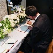 河野外務大臣による在京スリランカ大使館での弔問記帳1