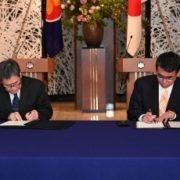 署名するリム・ジョクホイ・ASEAN事務総長と河野外務大臣