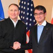 エイブラムス国連軍・米韓連合軍・在韓米軍司令官による河野外務大臣表敬(握手)