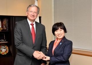 ディタレ国際熱帯木材機関事務局長による阿部外務副大臣表敬1