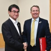 河野外務大臣とフォックス英国国際貿易大臣との会談1