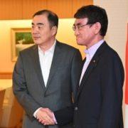 孔鉉佑駐日中国大使と握手する河野外務大臣