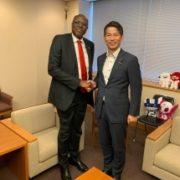 アトキ・コンゴ民主共和国外務・地域統合省次官による山田外務大臣政務官表敬(握手)