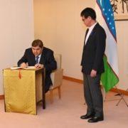 河野外務大臣とガニーエフ・ウズベキスタン副首相の会談1