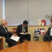 ペッチーニ経済協力開発機構開発センター所長による鈴木外務大臣政務官表敬の様子