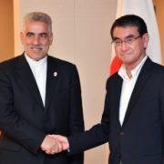 イラン・日本友好議連会長と握手する河野外務大臣