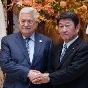 アッバース・パレスチナ大統領と握手する茂木外務大臣