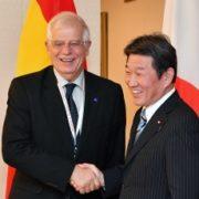 ボレル・スペイン外相と握手する茂木外務大臣