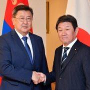 (写真1)握手する茂木外務大臣とエンフボルド・モンゴル国防大臣