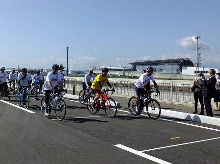 走り始めでは山田市長も自転車で疾走