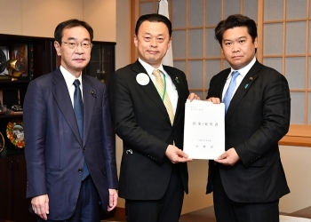 島根県知事及び島根県議会議長一行による鷲尾外務副大臣への要望書の手交