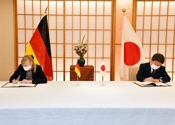 茂木敏充外務大臣とイナ・レーペル駐日ドイツ大使による、署名の様子