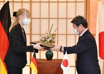 茂木敏充外務大臣とイナ・レーペル駐日ドイツ大使による、署名した公文の交換の様子