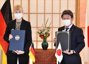 茂木敏充外務大臣とイナ・レーペル駐日ドイツ大使による、公文交換後の記念撮影