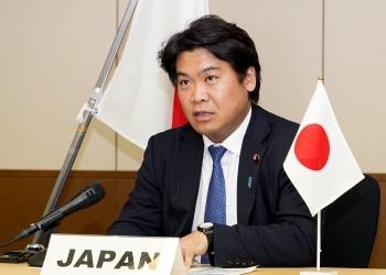 テレビ会合で発言する鷲尾外務副大臣