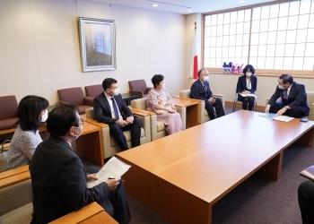 中西哲外務大臣政務官に対する、有識者委員会委員らによる表敬の様子