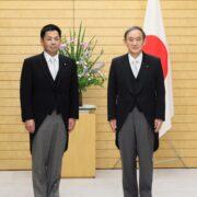 渡辺副大臣と写真撮影に臨む菅総理1
