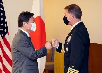 グータッチを交わす,茂木敏充外務大臣とジョン・アクイリノ米インド太平洋軍司令官の様子