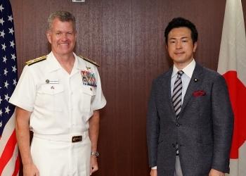 パロ米太平洋艦隊司令官による宇都外務副大臣表敬時の記念撮影の様子