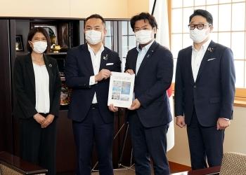 鈴木三重県知事から要望書を受け取る鷲尾外務副大臣