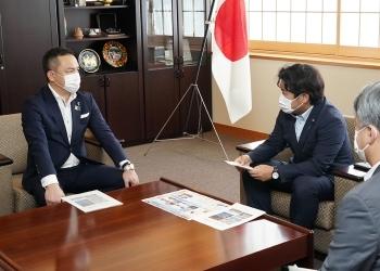 鈴木三重県知事による鷲尾外務副大臣表敬の様子