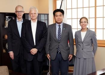 ジェニファー・ロジャーズ在日米国商工会議所会頭他による鷲尾外務副大臣表敬時の記念撮影の様子