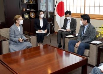 ジェニファー・ロジャーズ在日米国商工会議所会頭による鷲尾外務副大臣に対する表敬の様子